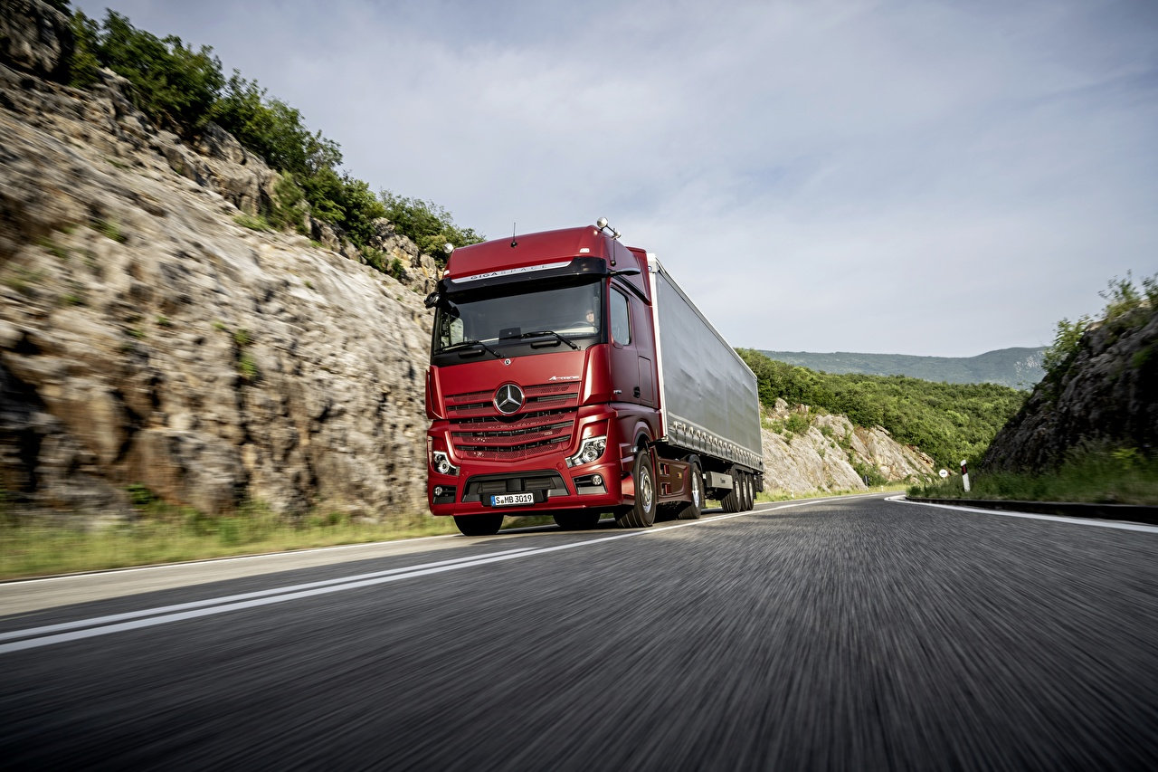 Mercedes-Benz_Trucks_4x2_Actros_Red_Motion_561765_1280x853.jpg