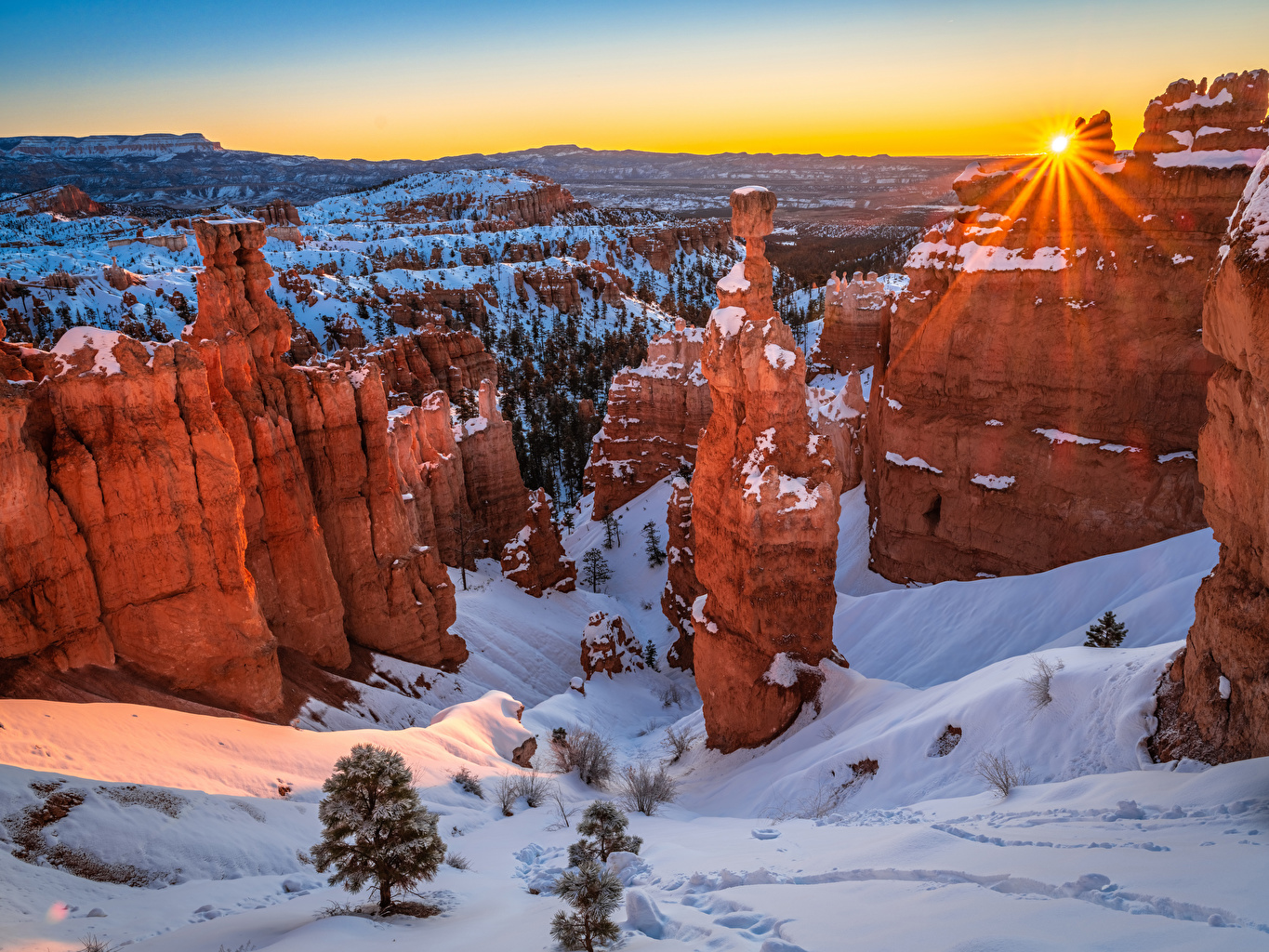 Desktop Wallpapers Rays of light USA Bryce Canyon National Park Rock Winter Spruce Nature park Snow Sunrises and sunsets Crag Cliff canyons Parks sunrise and sunset