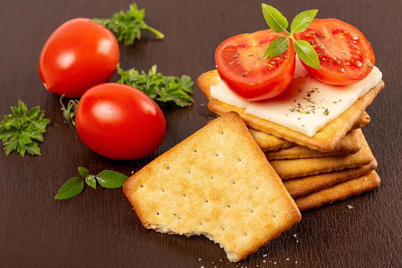 Desktop Hintergrundbilder Tomate Käse Kekse Lebensmittel Farbigen hintergrund Tomaten das Essen