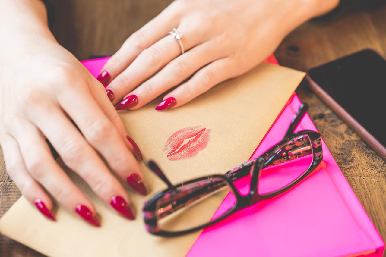 Bilder Valentinstag Maniküre Lippenstift Blatt Papier Kuss Lippe Brief Schmuck Ring Hand Brille Finger küsst küssen Ring