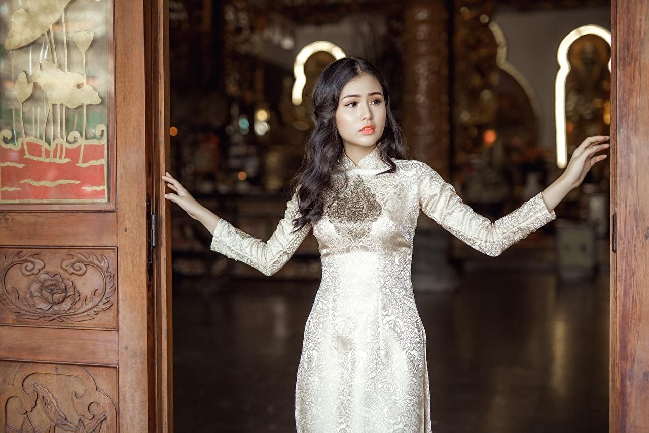 Bilder von Brünette junge frau Asiatische Hand Blick Kleid Mädchens junge Frauen Asiaten asiatisches Starren