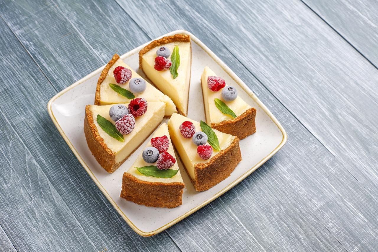 Fotos von Käsekuchen Stück Dessert Himbeeren Heidelbeeren Beere Teller Lebensmittel Quarkkuchen stücke Nachtisch das Essen