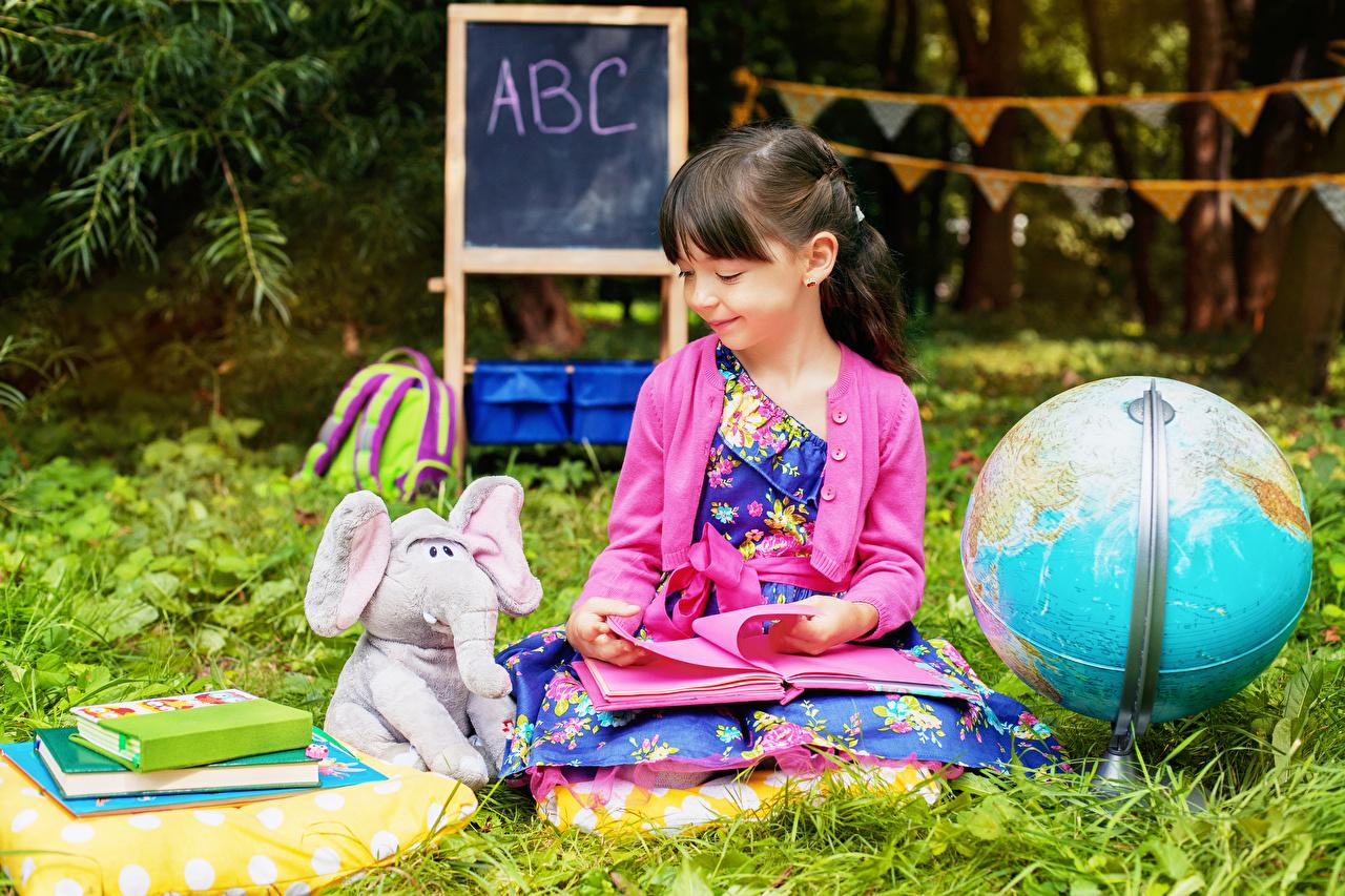 Foto Kleine Mädchen Elefanten Schule Globus Lächeln kind Bücher Spielzeuge Kinder Buch
