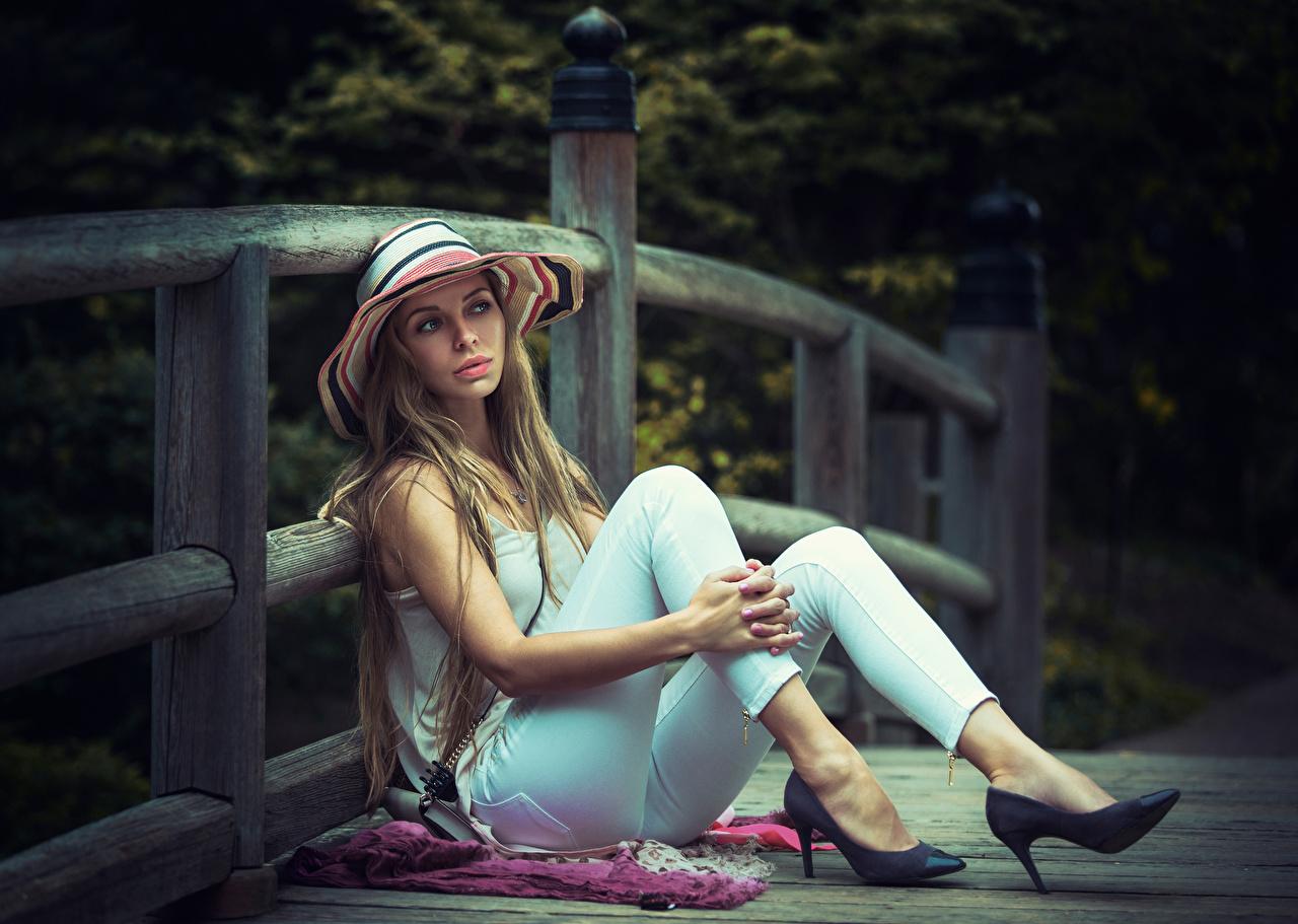 Valla Oscuro rubio Sombrero de Sentado Mano Pierna Tacón mujer joven, mujeres jóvenes, Zapatos de tacón, cerca, sentada Chicas