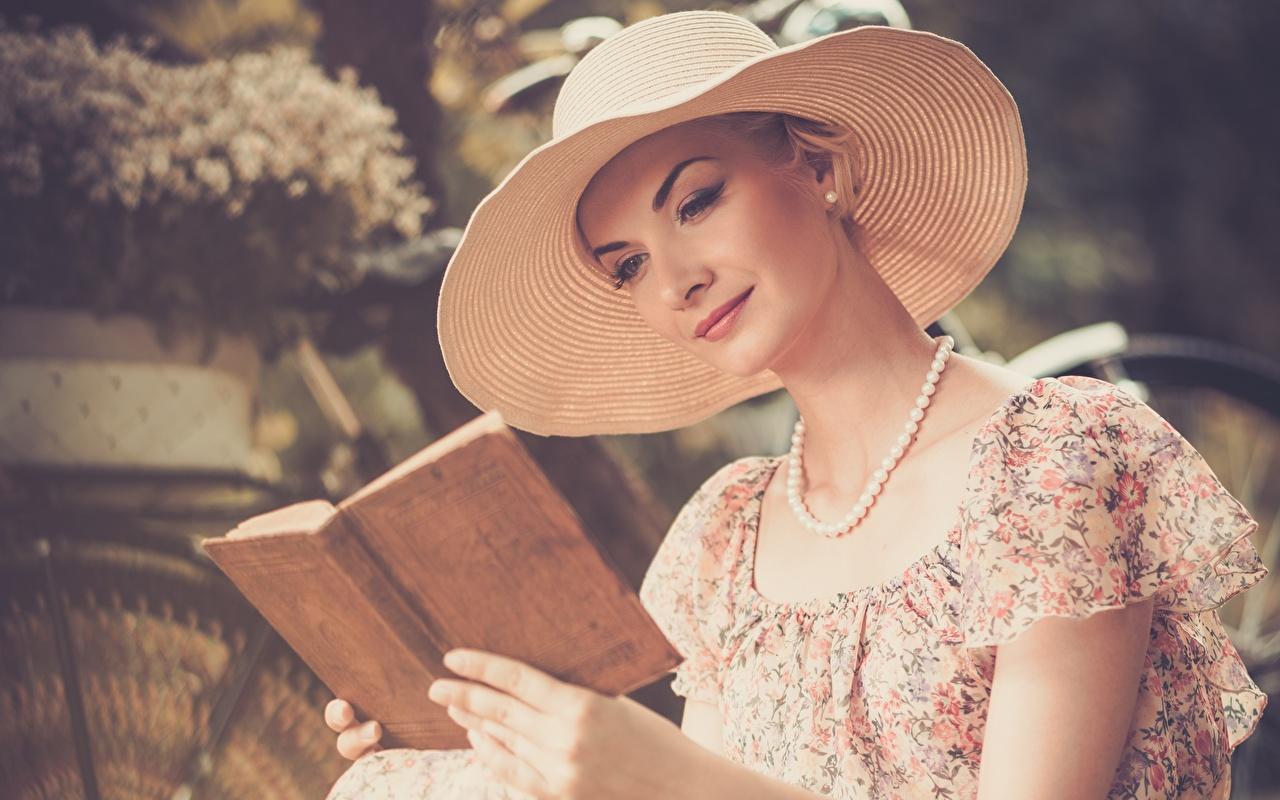 Bilder von Mädchens Bokeh Lesen Der Hut Halskette Buch junge frau junge Frauen unscharfer Hintergrund Liest Halsketten Bücher