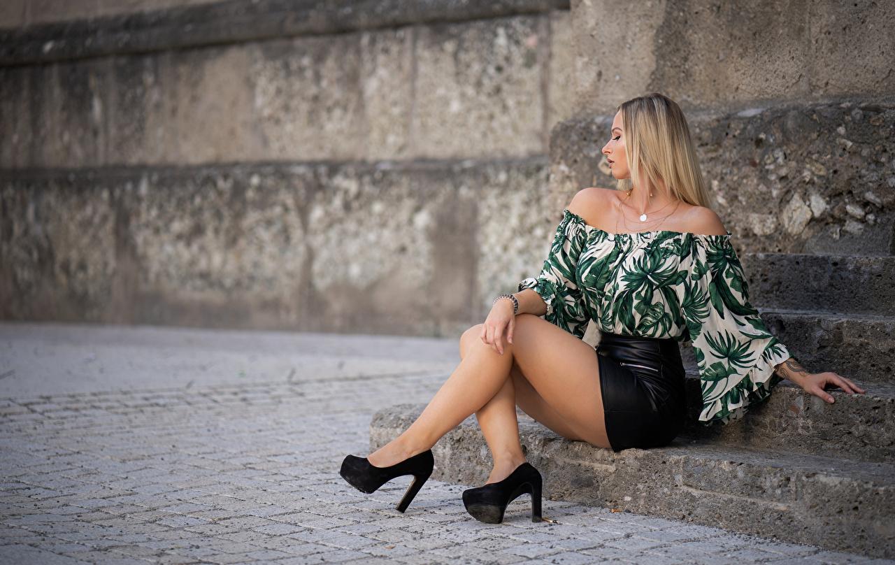 Fotos von Rock Blondine Bokeh Pose Bluse junge frau Bein Sitzend High Heels Blond Mädchen unscharfer Hintergrund posiert Mädchens junge Frauen sitzt sitzen Stöckelschuh