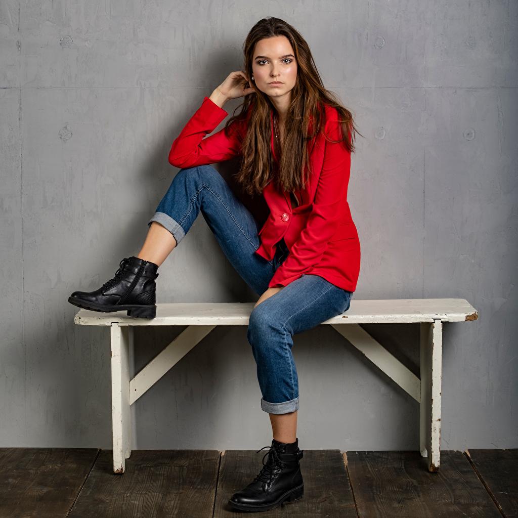 Fotos von Meggi Boots Mädchens Jeans Sitzend Bank (Möbel) Sakko Blick junge frau junge Frauen sitzt sitzen Starren