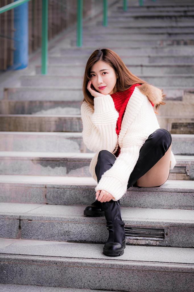 Bilder Støvler En trapp Unge kvinner Ben Asiater Sitter ser  til Mobilen trappen ung kvinne asiatisk Blikk