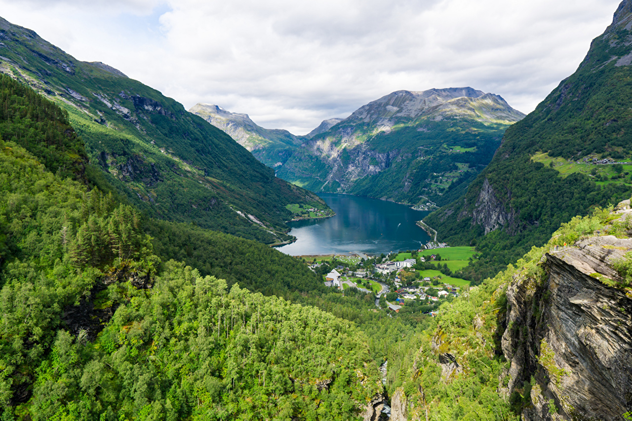 Achtergronden bureaublad Noorwegen Geiranger Fjord Bergen Natuur klif landform Bovenaanzicht berg falesia van bovenaf