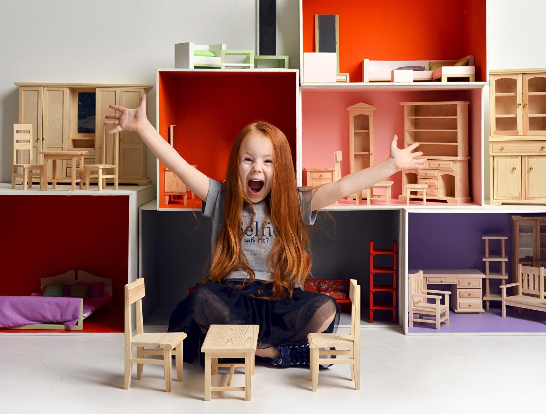 Fotos von Kleine Mädchen Freude Kinder Hand Sitzend Spielzeuge Glücklich fröhliches glückliche fröhlicher glücklicher glückliches sitzt sitzen