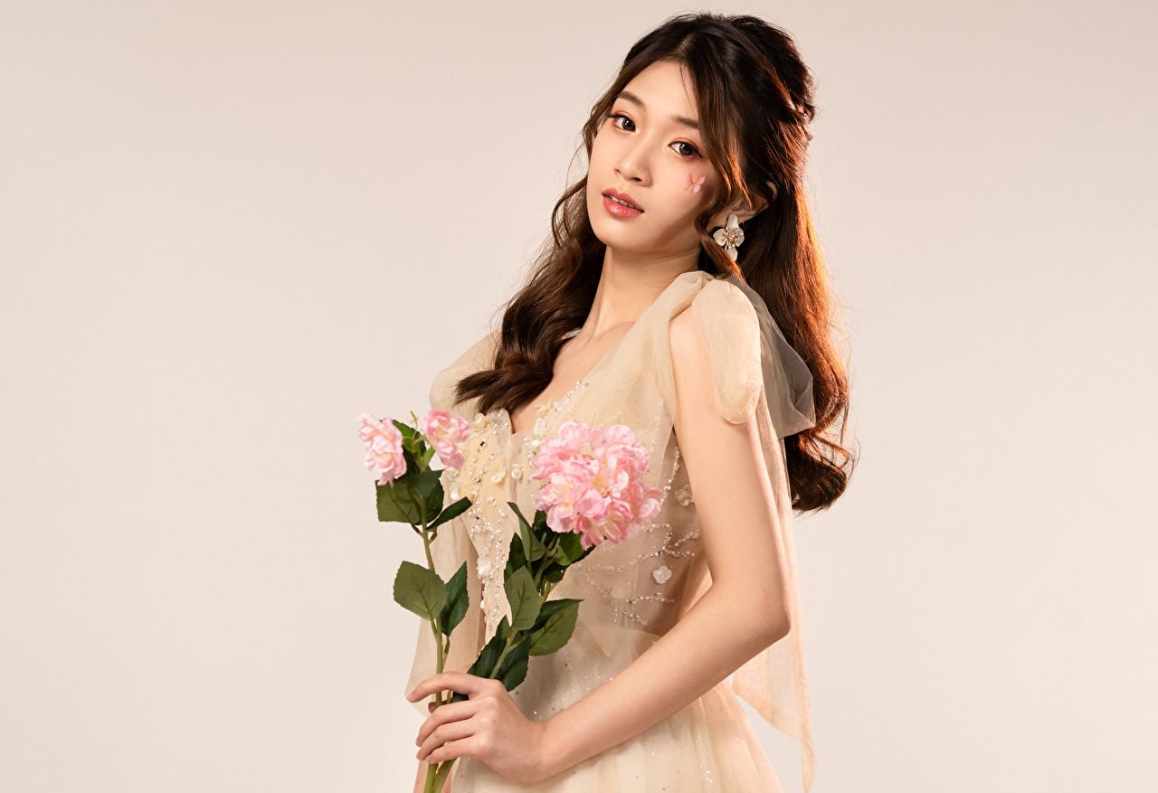 Immagine Mazzo di fiori giovane donna Asiatici Sguardo bouquet ragazza Ragazze giovani donne asiatico Colpo d'occhio