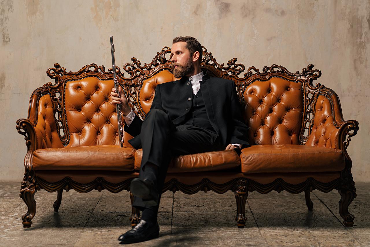 Desktop Hintergrundbilder Mann Yaroslav Kotov Sofa Anzug sitzt Couch sitzen Sitzend