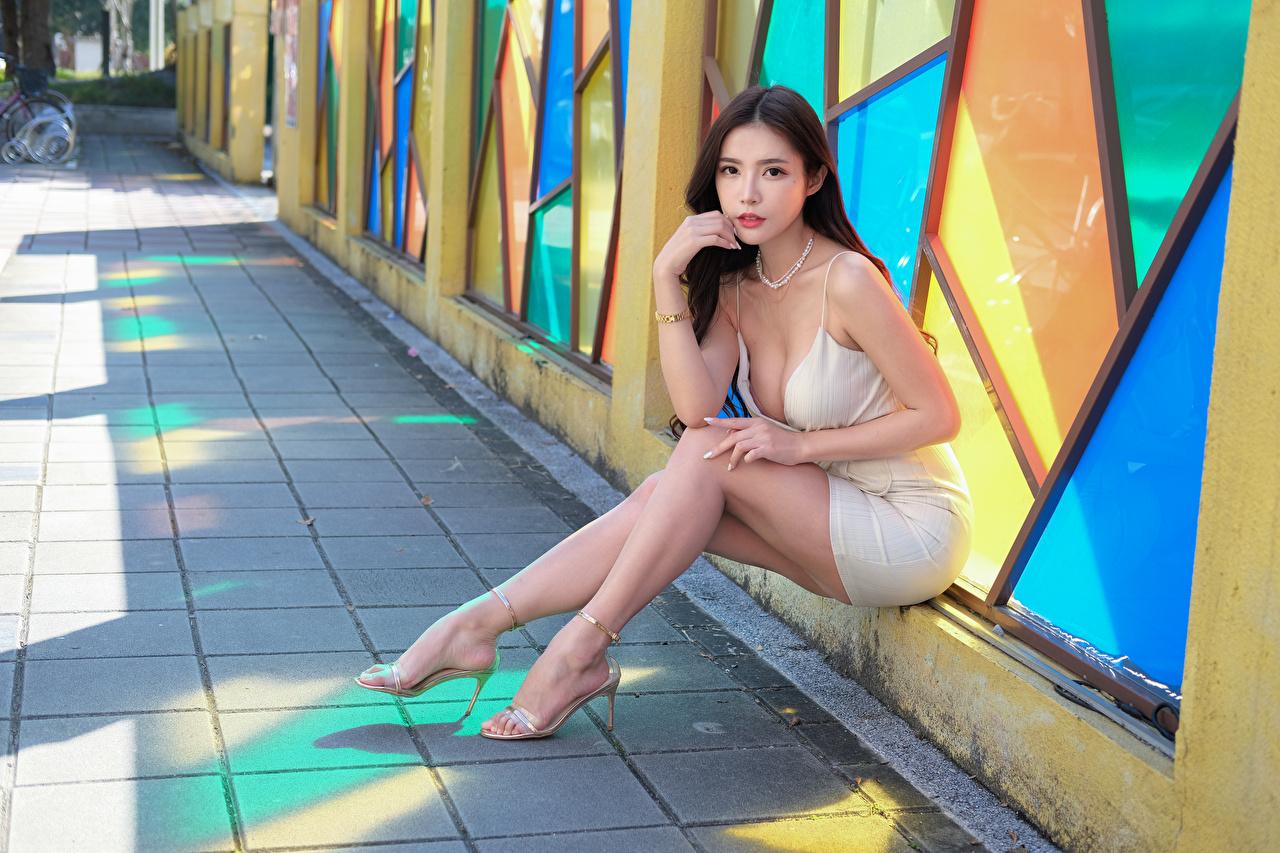 Bilder junge frau Bein asiatisches sitzt Blick Kleid Mädchens junge Frauen Asiaten Asiatische sitzen Sitzend Starren