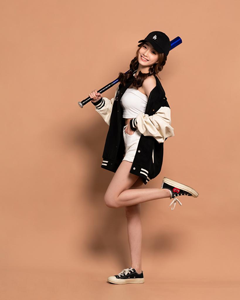 Foto Lächeln Baseballschläger Pose Mädchens Bein Asiaten Blick Baseballcap  für Handy posiert junge frau junge Frauen Asiatische asiatisches Starren baseballkappe baseballmütze