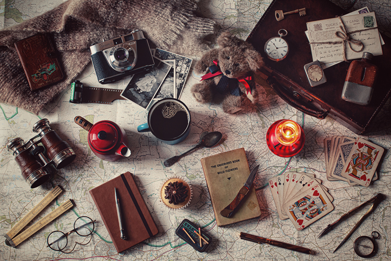 Pictures Camera Ballpoint pen Knife Clock Coffee Teddy bear Mug Food Cards books Candles Glasses Little cakes Book eyeglasses playing cards