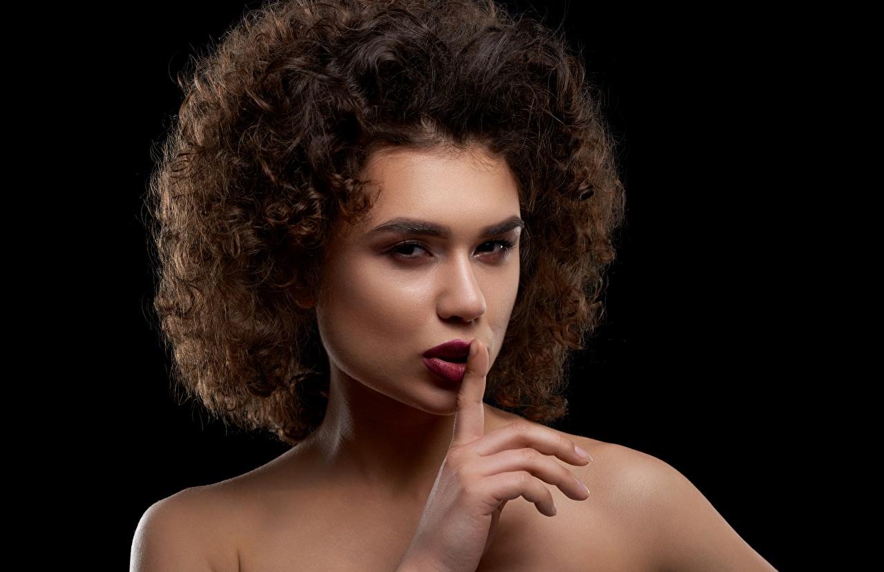 Desktop Hintergrundbilder Model Schminke Gestik Lockige Frisur Mädchens Schwarzer Hintergrund Make Up locken Frisuren junge frau junge Frauen