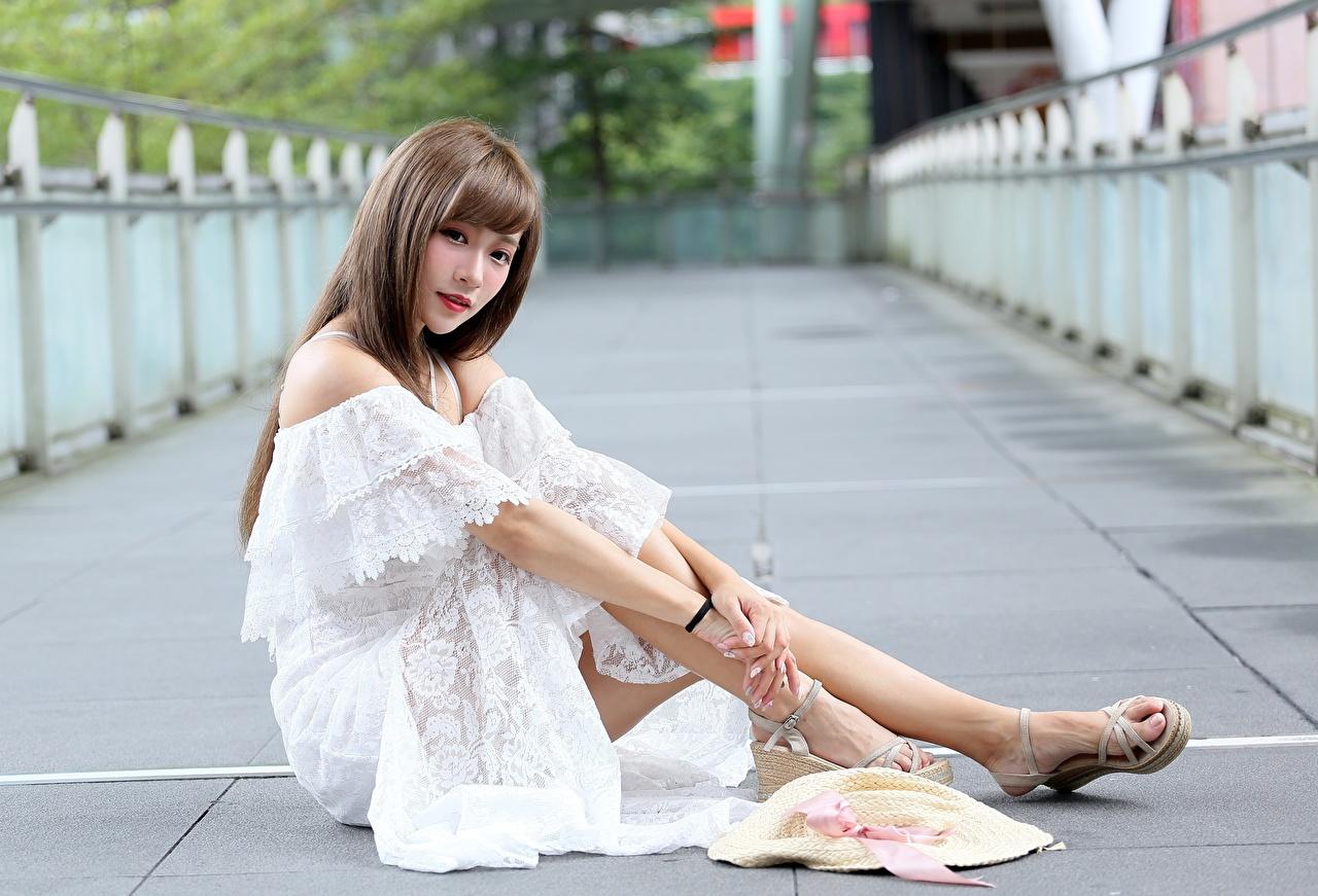Desktop Hintergrundbilder Braunhaarige unscharfer Hintergrund Der Hut Mädchens Bein Asiatische Hand sitzt Kleid Braune Haare Bokeh junge frau junge Frauen Asiaten asiatisches sitzen Sitzend