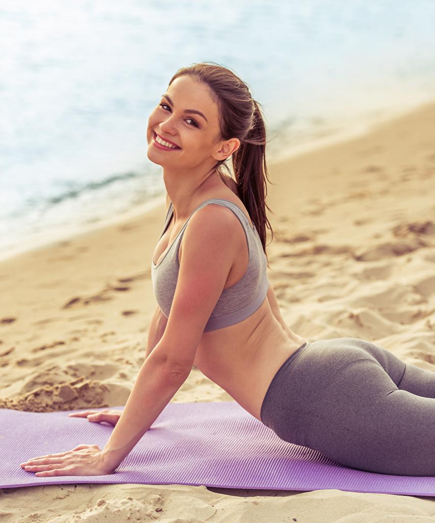 Fotos von Braunhaarige Lächeln Fitness Sport Mädchens Blick Braune Haare Starren