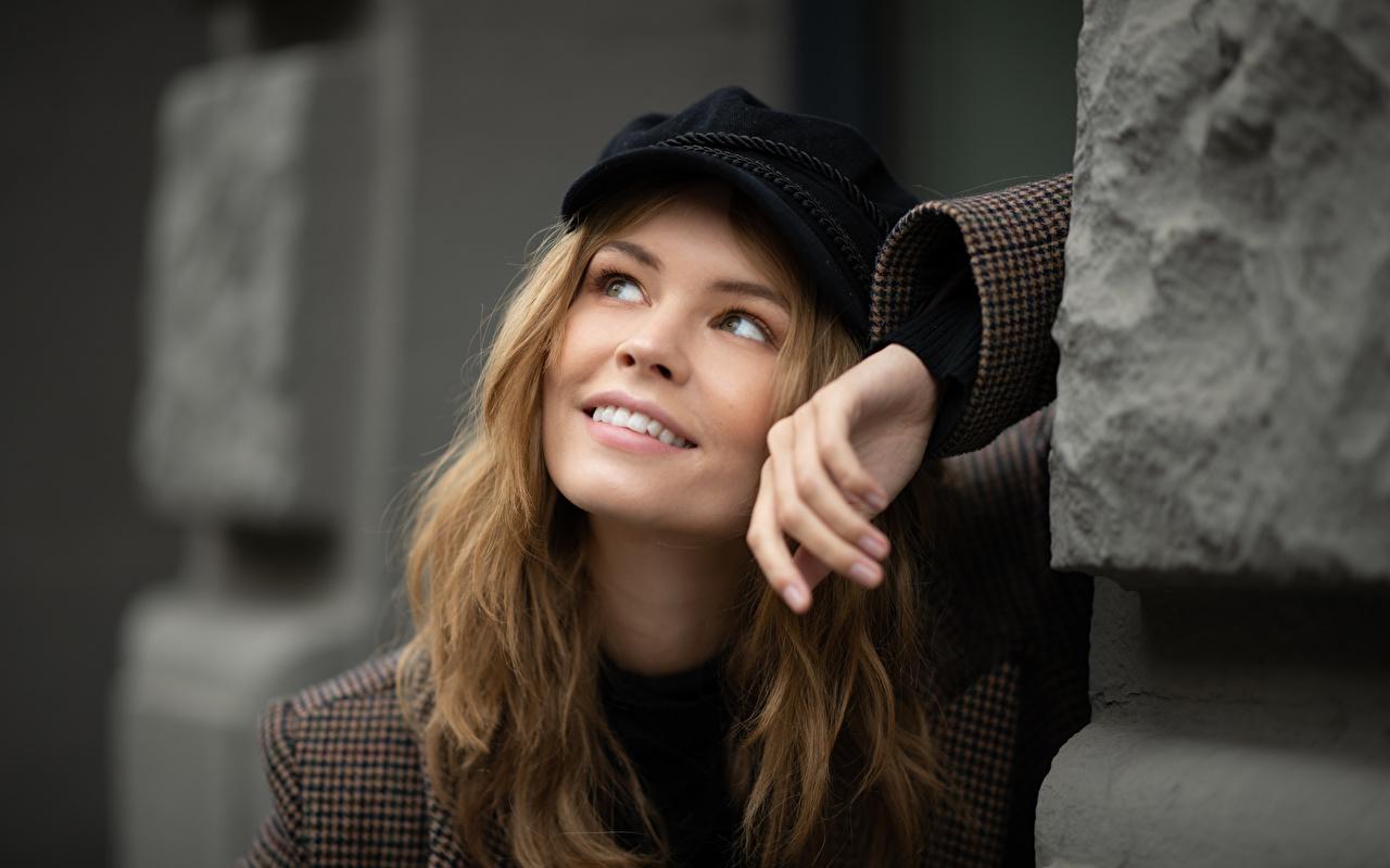 Bilder Dunkelbraun Lächeln Anastasiya Scheglova Gesicht junge frau Hand Starren baseballkappe Mädchens junge Frauen Blick Baseballcap baseballmütze