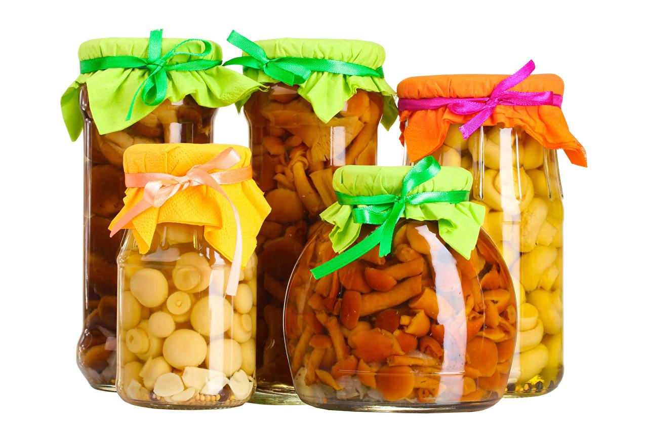 Fotos Pilze Einweckglas Lebensmittel Weißer hintergrund Weckglas das Essen