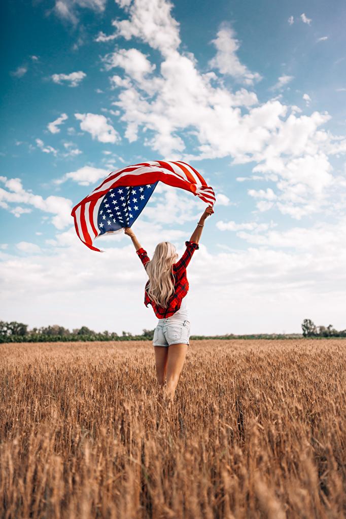 Обои для рабочего стола америка блондинки девушка ног Поля Небо Флаг Руки Шорты вид сзади  для мобильного телефона США штаты Блондинка блондинок Девушки молодая женщина молодые женщины Ноги флага шорт рука Сзади шортах
