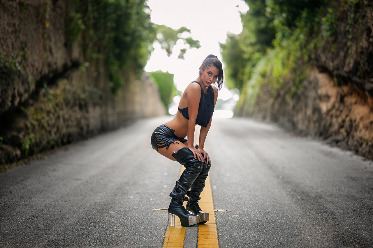 Fotos Stiefel Pose junge Frauen Straße Starren posiert Mädchens junge frau Wege Blick