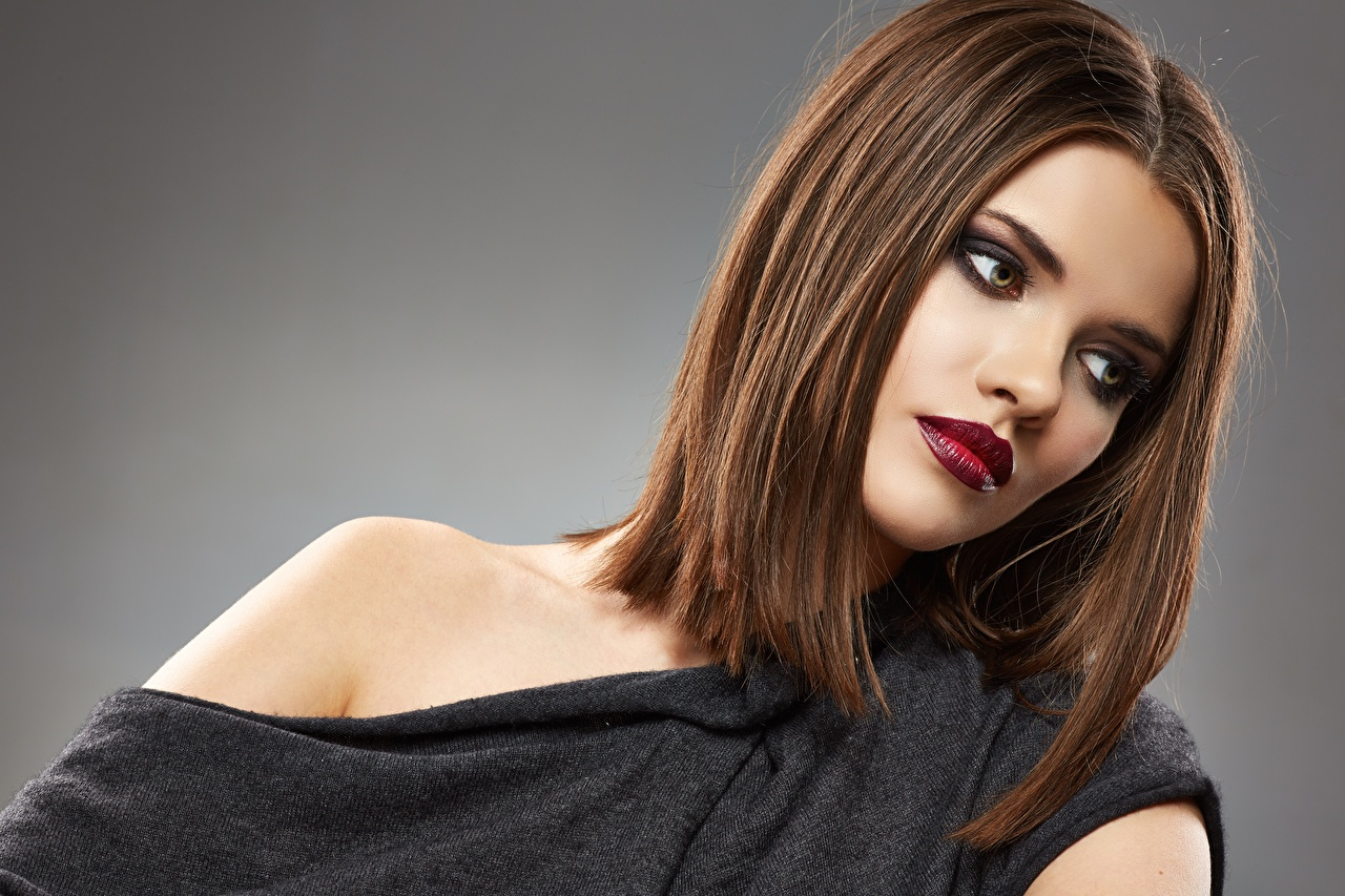 Fotos von Braunhaarige Model Make Up Schön Frisuren junge frau Rote Lippen Grauer Hintergrund Braune Haare Schminke schöne hübsch schönes schöner hübsche hübscher Frisur Mädchens junge Frauen
