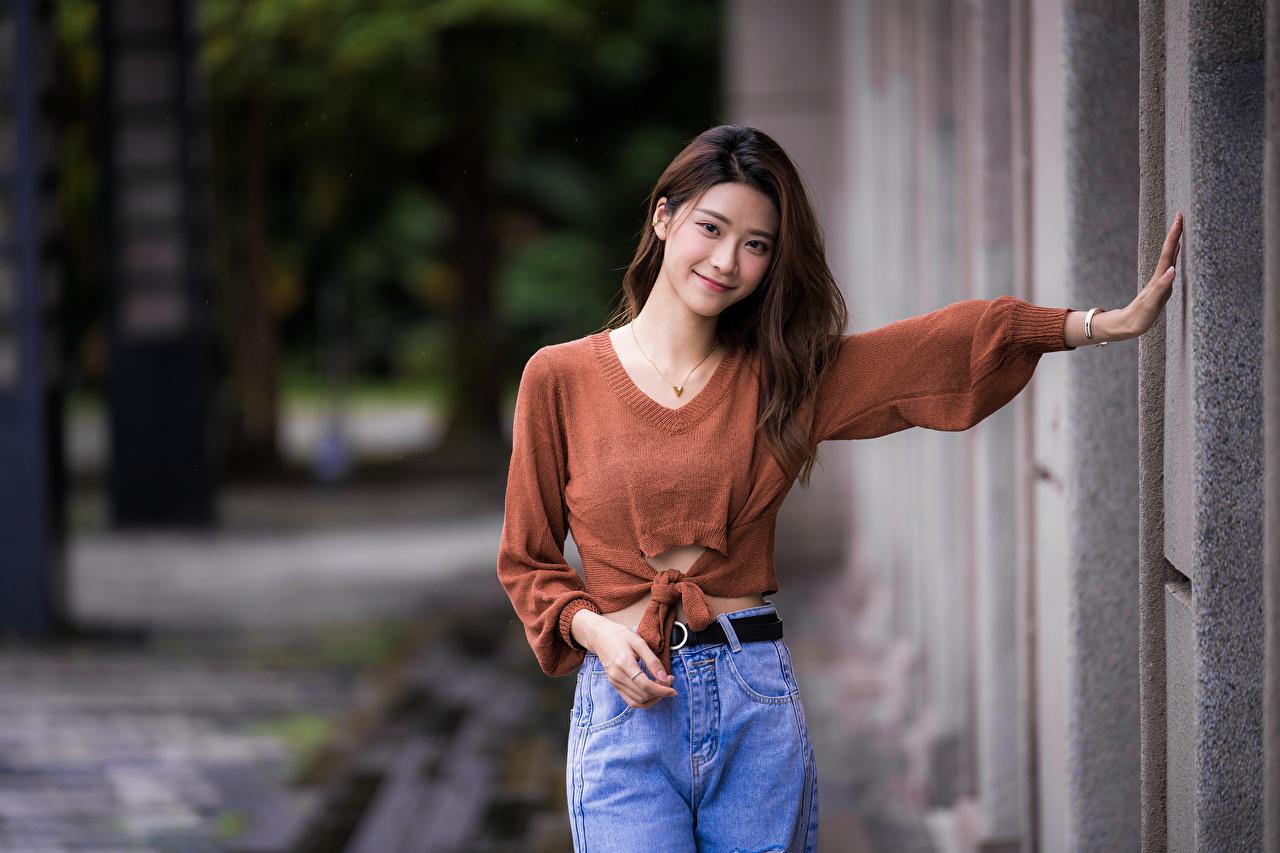 Foto Lächeln posiert Mädchens Asiatische Sweatshirt Starren Pose junge frau junge Frauen Asiaten asiatisches Blick