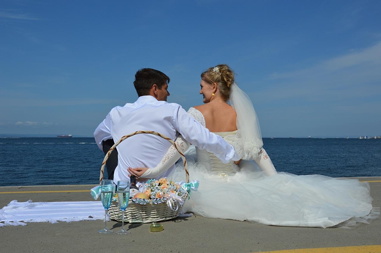 Fotos von Bräutigam Hochzeit Brautpaar Mann Paare in der Liebe Strand Zwei Mädchens Weidenkorb Sitzend Weinglas Kleid Heirat Trauung 2