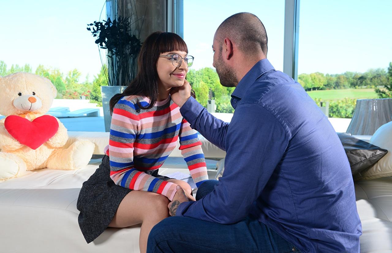 Fotos Mann Paare in der Liebe Zwei Mädchens Sofa Brille Sitzend 2 Couch