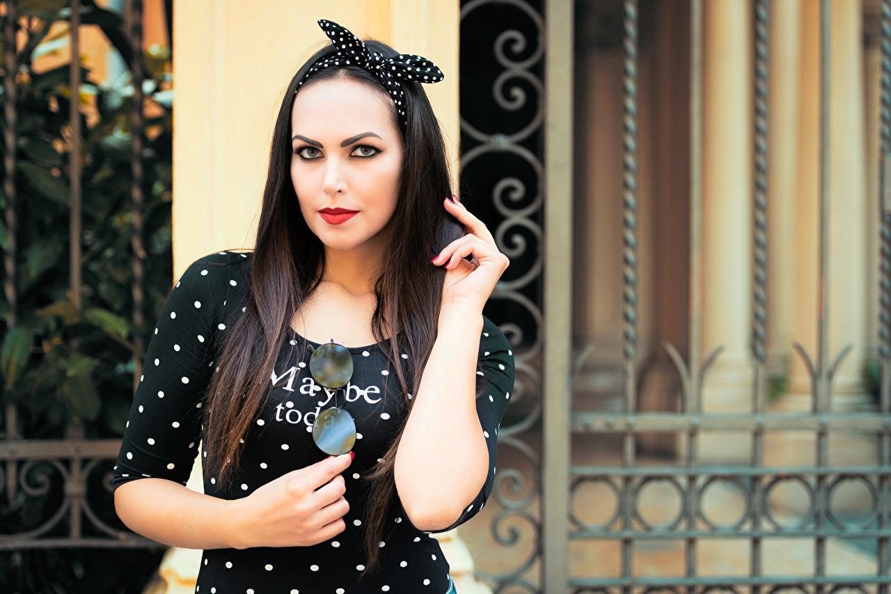 Bilder von Brünette Valentina posiert Haar Mädchens Hand Starren Kleid Pose junge frau junge Frauen Blick