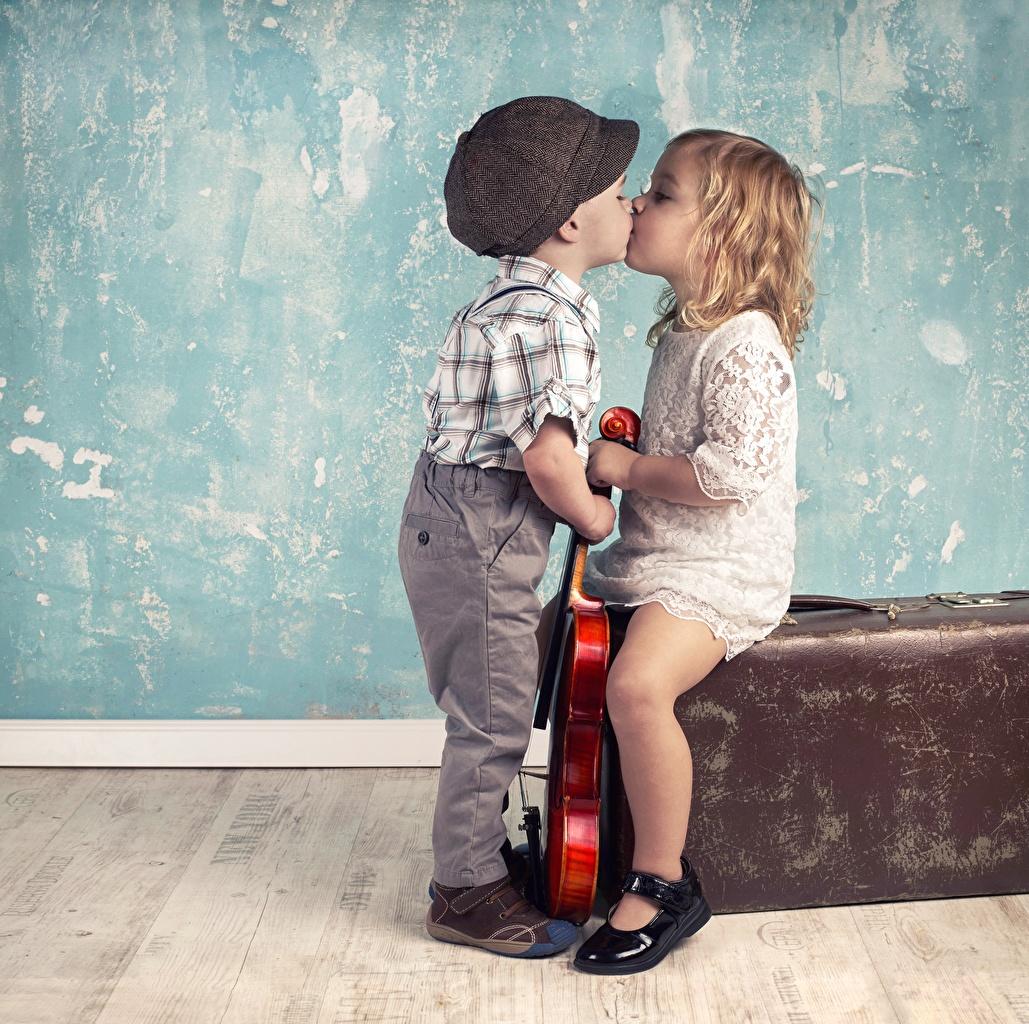 Hintergrundbilder Kleine Mädchen jungen Kinder küsst Liebe Junge Kuss küssen
