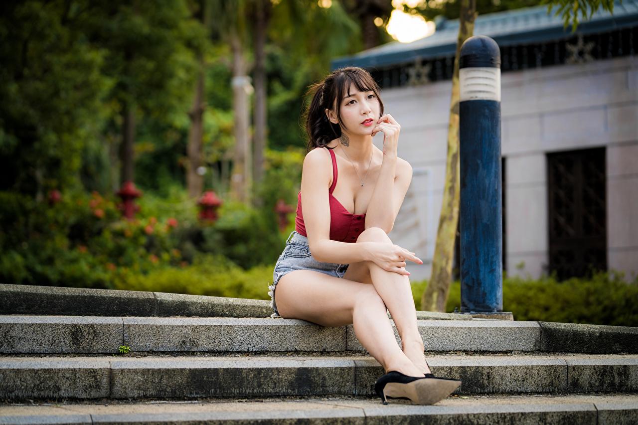 Foto unscharfer Hintergrund Mädchens Bein Unterhemd asiatisches Shorts Sitzend Blick Bokeh junge frau junge Frauen Asiaten Asiatische sitzt sitzen Starren