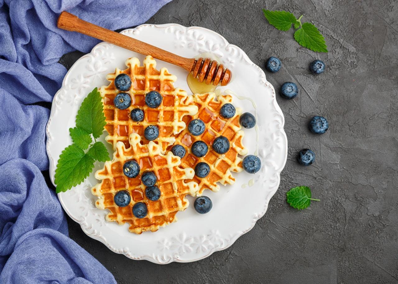 Desktop Hintergrundbilder Waffeln Honig Heidelbeeren Teller das Essen Lebensmittel