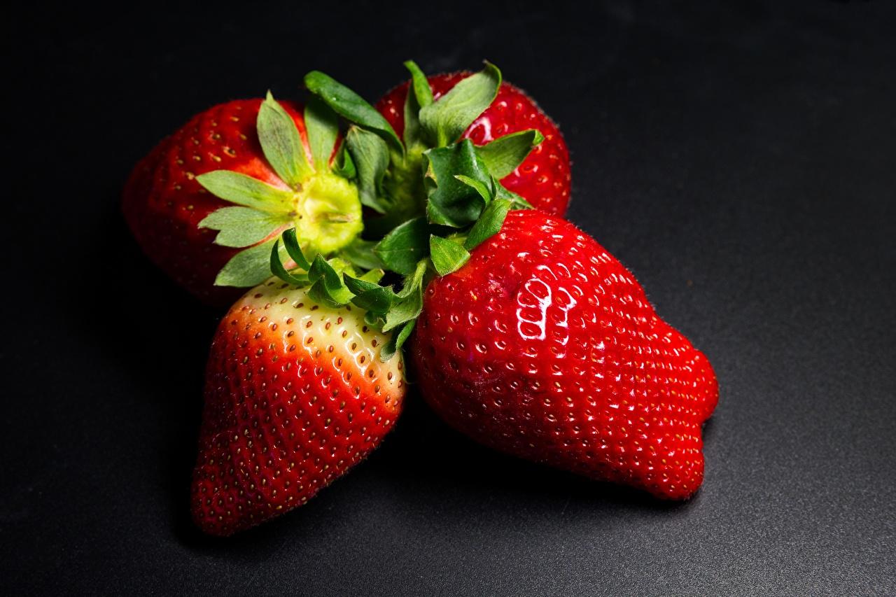 Fotos Erdbeeren Beere Lebensmittel hautnah Grauer Hintergrund das Essen Nahaufnahme Großansicht