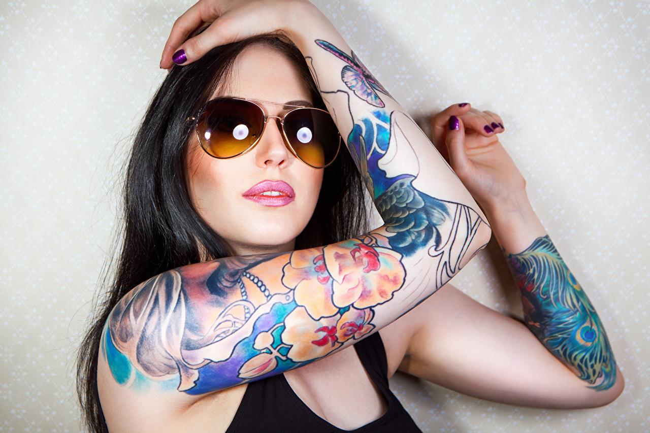 Foto Tätowierung Brünette junge Frauen Hand Brille Mädchens junge frau
