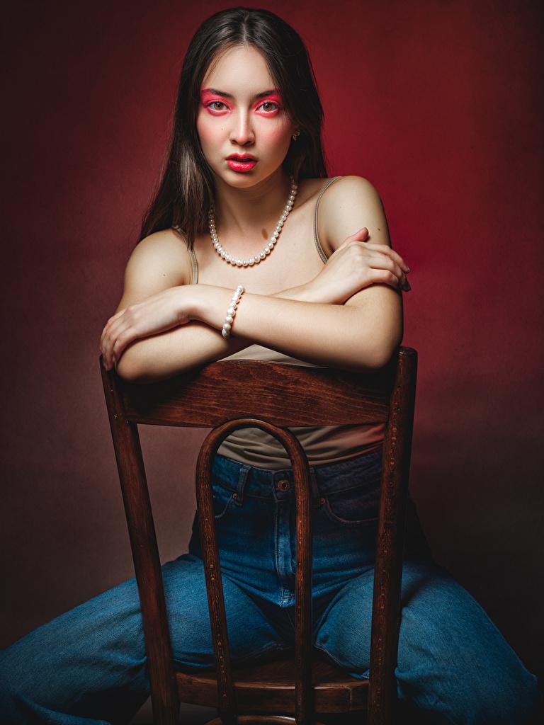 Bilder Make Up Veronika Dvoreckaya, Nikolay Bobrovsky junge Frauen Jeans Unterhemd Hand Stühle Sitzend Blick  für Handy Schminke Mädchens junge frau Stuhl sitzt sitzen Starren