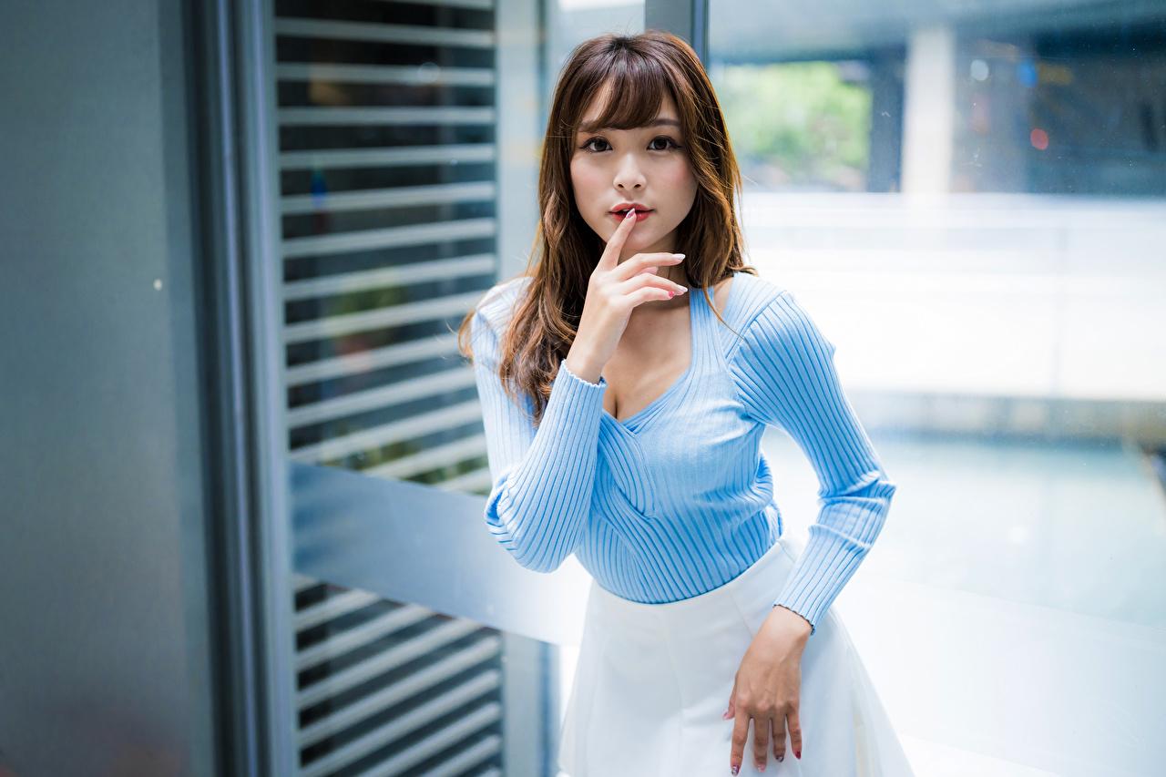 Fotos posiert junge frau asiatisches Finger Starren Pose Mädchens junge Frauen Asiaten Asiatische Blick