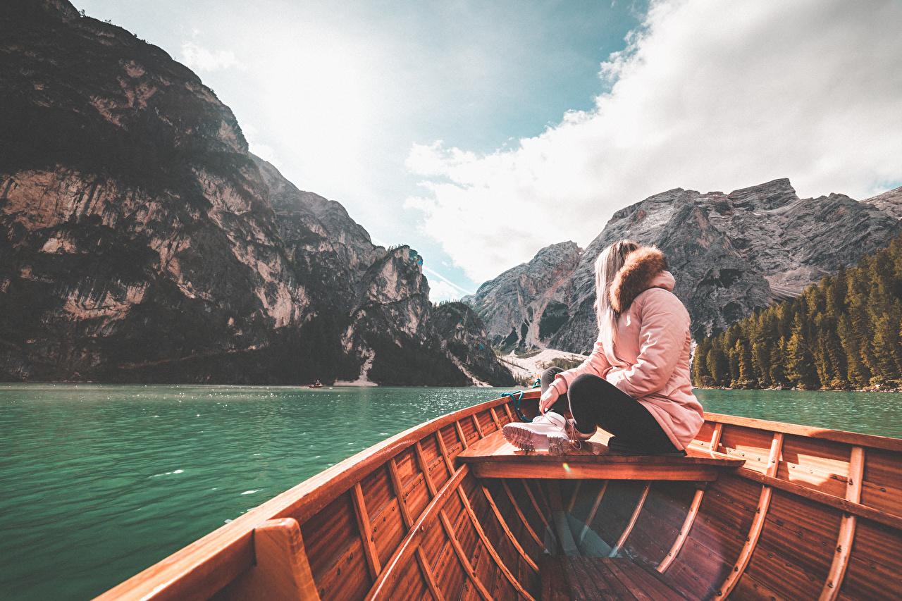 Fotos von Italien Lake Braies Berg Natur Jacke junge Frauen See Boot sitzt Gebirge Mädchens junge frau sitzen Sitzend