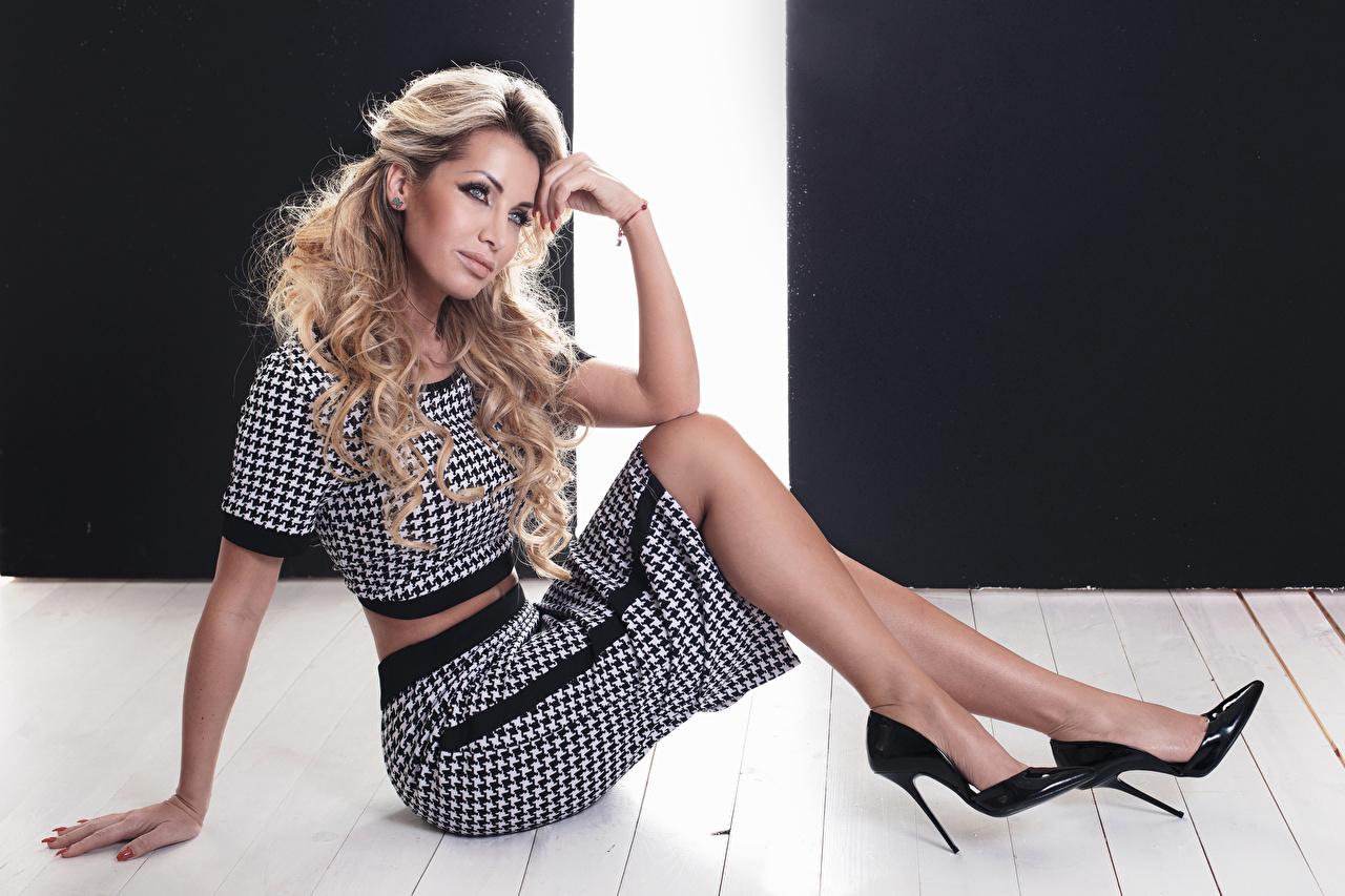 Foto Rock Blond Mädchen Mädchens Sitzend Starren High Heels Blondine Blick Stöckelschuh