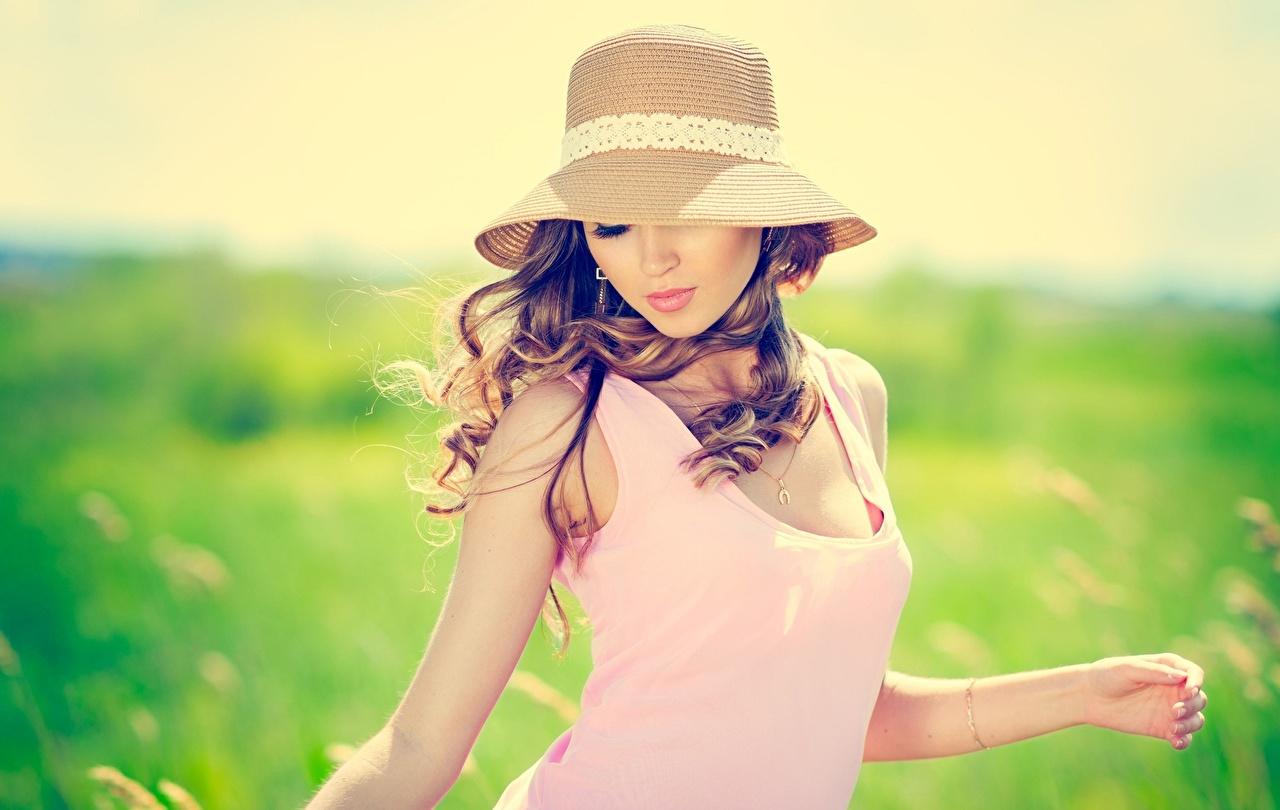 Bilder Braunhaarige unscharfer Hintergrund Der Hut junge Frauen Braune Haare Bokeh Mädchens junge frau