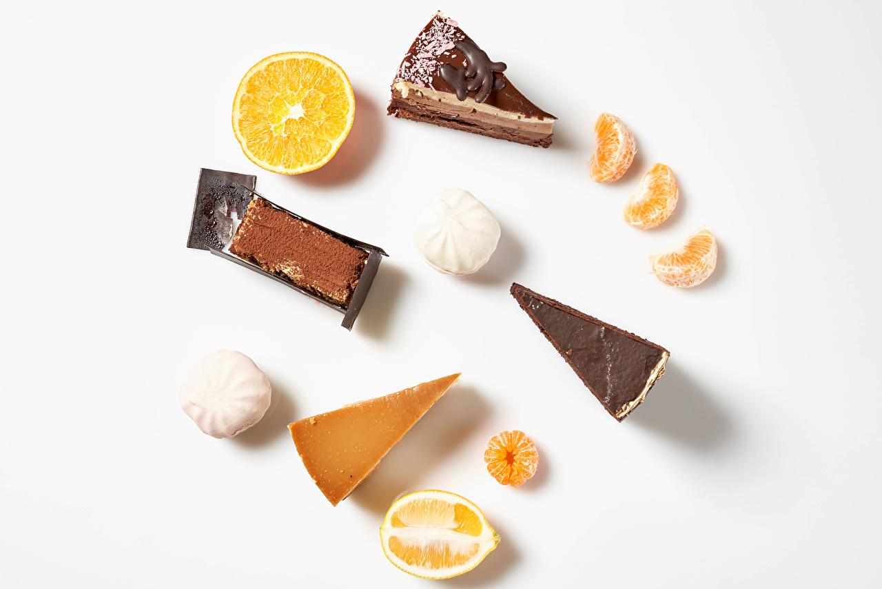Bilder Choklad Zefir Mandariner Kakaopulver Apelsin frukt Citroner Mat Liten kaka Vit bakgrund