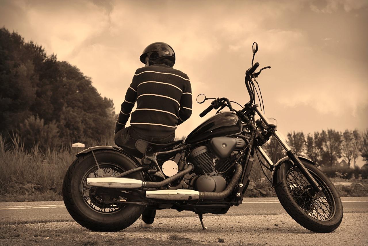 Fotos von Mann Helm Rücken Motorradfahrer Hinten sitzen Schwarzweiss sitzt Sitzend schwarz weiß