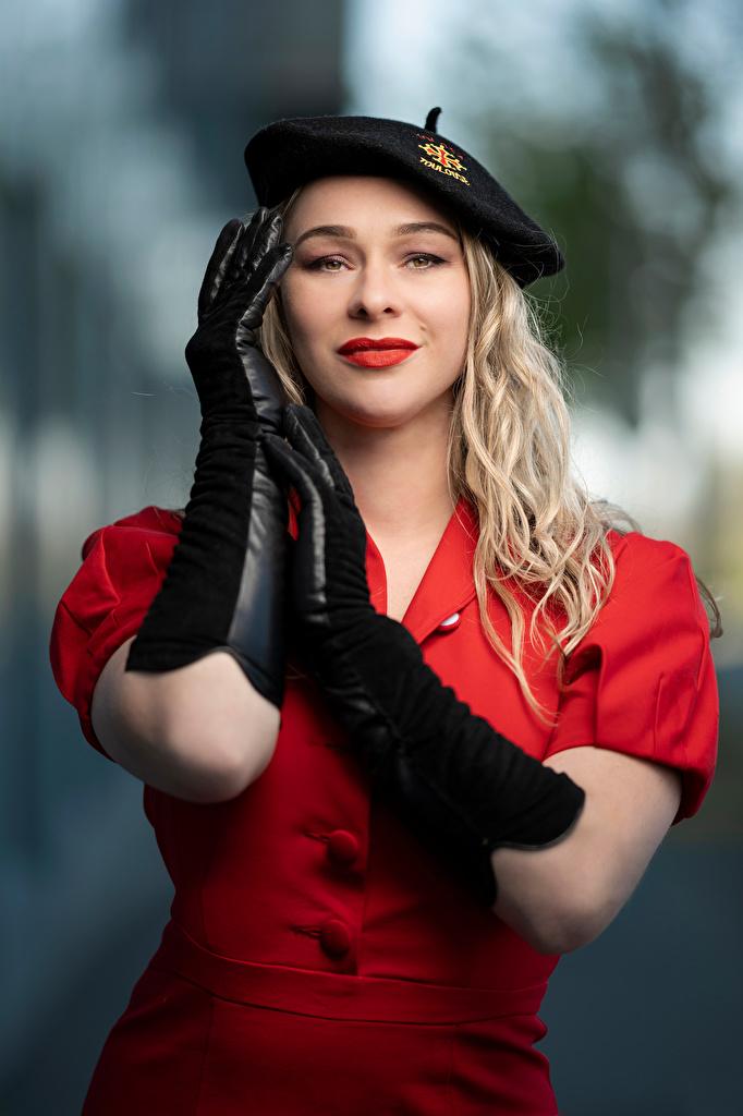 Foto Blond Mädchen Handschuh unscharfer Hintergrund Pose Barett Mädchens Hand Blick Kleid  für Handy Blondine Bokeh posiert junge frau junge Frauen Starren