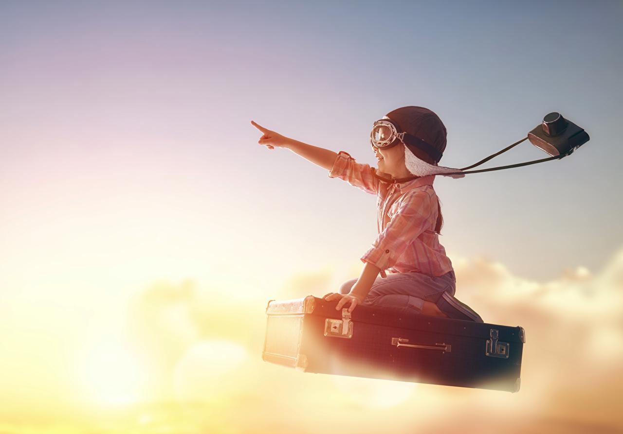 Fotos Kleine Mädchen Helm Fotoapparat Kinder Koffer Flug