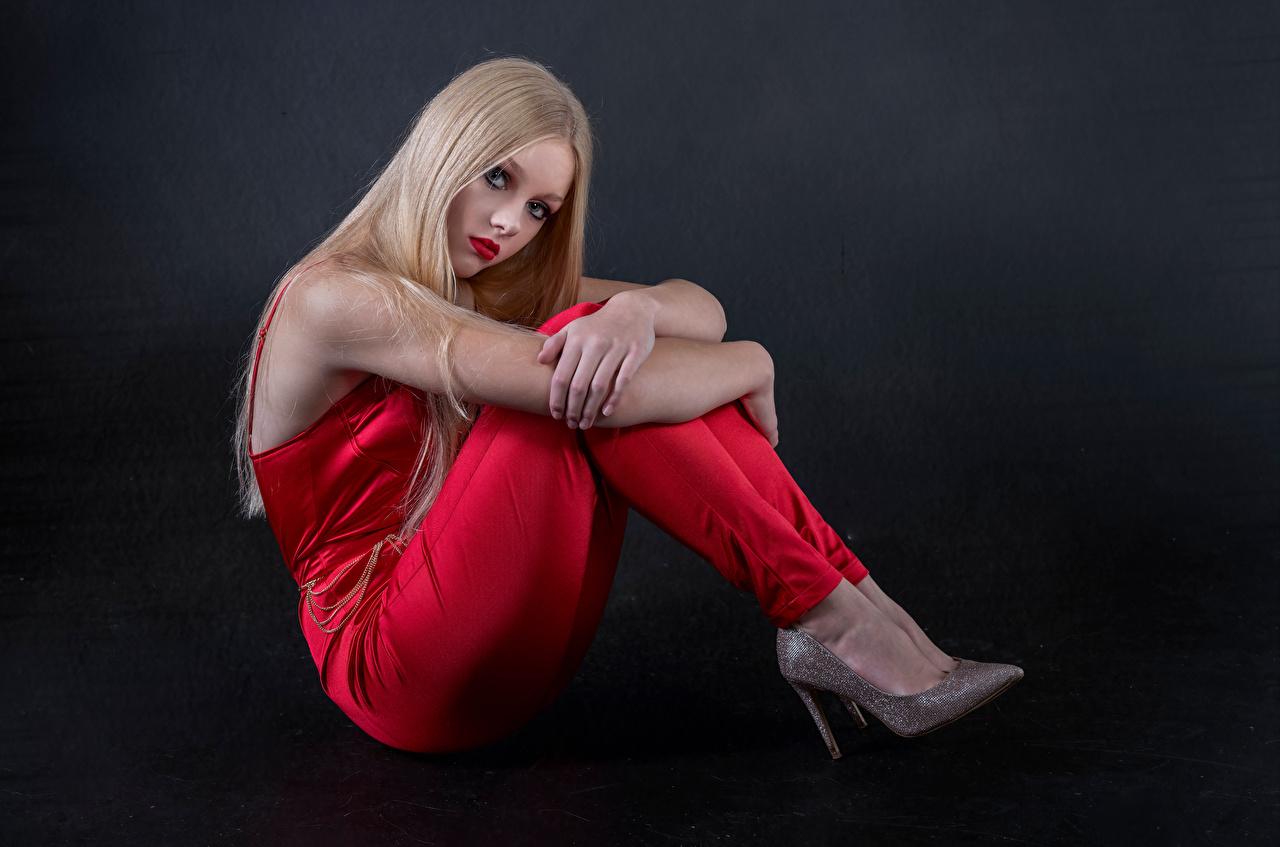 Bilder von Blondine Mia posiert junge frau sitzen Blick Blond Mädchen Pose Mädchens junge Frauen sitzt Sitzend Starren