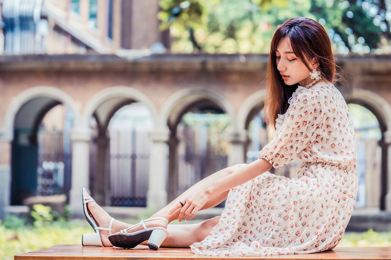 Bilder Bokeh Mädchens Asiaten Sitzend Kleid unscharfer Hintergrund junge frau junge Frauen Asiatische asiatisches sitzt sitzen