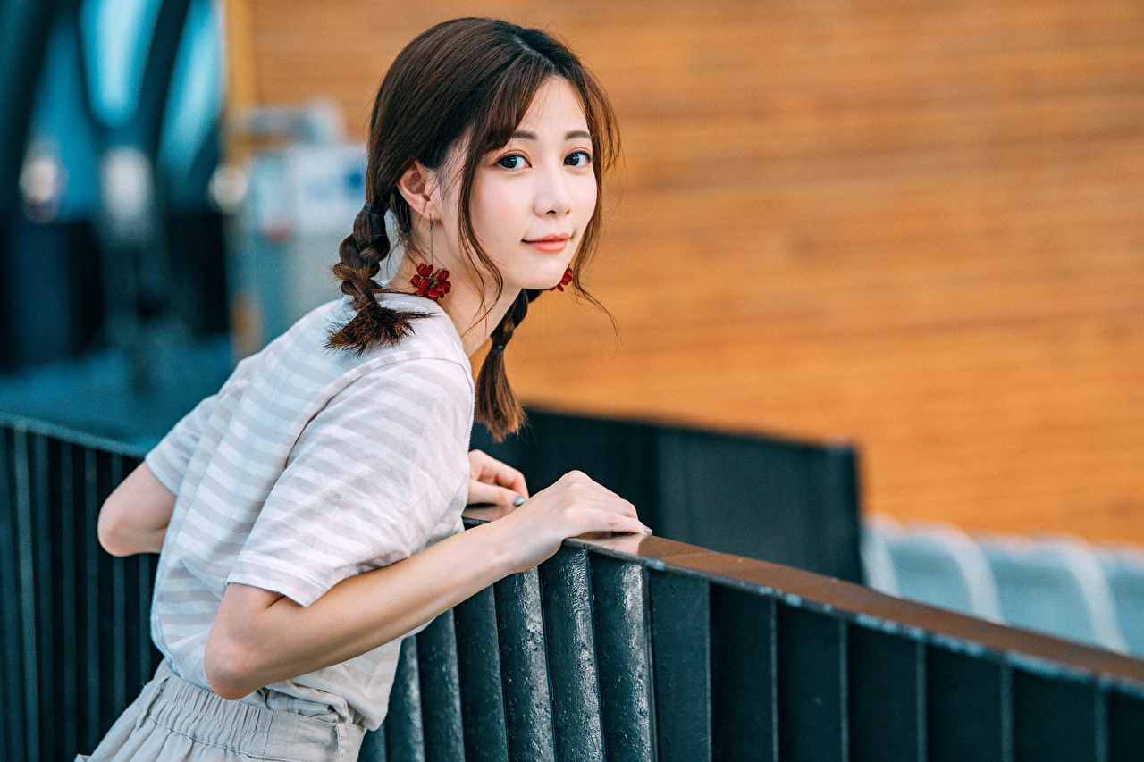 Bilder Zopf Mädchens Asiatische Starren junge frau junge Frauen Asiaten asiatisches Blick