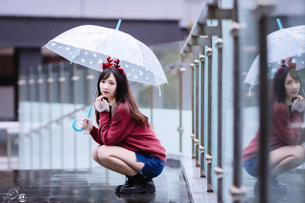 Foto Ragazza capelli castani Bokeh giovane donna Asiatici Maglione Seduto ombrella sfondo sfocato ragazza Ragazze giovani donne asiatico sedute seduta Ombrello