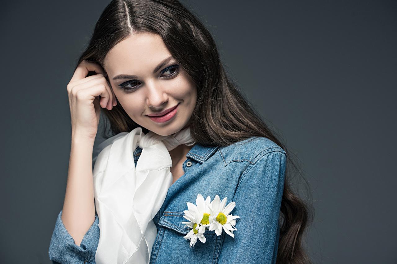 Fotos Braunhaarige Lächeln Mädchens Hand Starren Grauer Hintergrund Braune Haare Blick